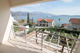 Балкон. Продается квартира в Биела. 73м2, гостиная, 2 спальня, балкон с шикарным видом на море, 100 метров до пляжа, цена - 116'800 Евро. в Биеле