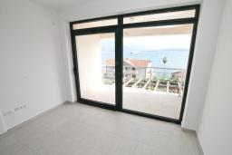 Гостиная. Продается квартира в Биела. 73м2, гостиная, 2 спальня, балкон с шикарным видом на море, 100 метров до пляжа, цена - 116'800 Евро. в Биеле