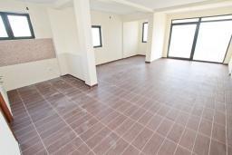 Гостиная. Продается квартира в Биела. 76м2, гостиная, 2 спальня, балкон с шикарным видом на море, 100 метров до пляжа, цена - 121'600 Евро. в Биеле