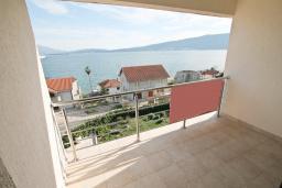 Балкон. Продается квартира в Биела. 76м2, гостиная, 2 спальня, балкон с шикарным видом на море, 100 метров до пляжа, цена - 121'600 Евро. в Биеле