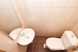 Туалет. Продается квартира в Биела. 119м2, гостиная, 2 спальня, 3 балкона с шикарным видом на море, 100 метров до пляжа, цена - 190'400 Евро. в Биеле