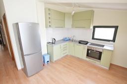 Кухня. Продается квартира в Биела. 86м2, гостиная, 2 спальня балкон с шикарным видом на море, 100 метров до пляжа, цена - 137'600 Евро. в Биеле