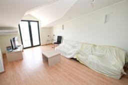 Гостиная. Продается квартира в Биела. 86м2, гостиная, 2 спальня балкон с шикарным видом на море, 100 метров до пляжа, цена - 137'600 Евро. в Биеле