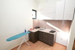 Кухня. Продается квартира в Биела. 64м2, гостиная, 1 спальня, 2 балкона с шикарным видом на море, 100 метров до пляжа, цена - 102'400 Евро. в Биеле