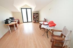 Гостиная. Продается квартира в Биела. 64м2, гостиная, 1 спальня, 2 балкона с шикарным видом на море, 100 метров до пляжа, цена - 102'400 Евро. в Биеле