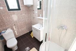 Ванная комната. Продается квартира в Биела. 64м2, гостиная, 1 спальня, 2 балкона с шикарным видом на море, 100 метров до пляжа, цена - 102'400 Евро. в Биеле