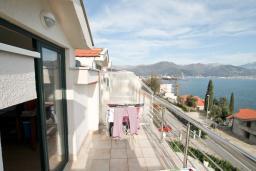 Балкон. Продается квартира в Биела. 64м2, гостиная, 1 спальня, 2 балкона с шикарным видом на море, 100 метров до пляжа, цена - 102'400 Евро. в Биеле