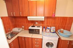 Кухня. Продается квартира-студия в Игало. 46м, гостиная, кухня, терраса с видом на море, 600 метров до пляжа, цена - 60'000 Евро. в Игало