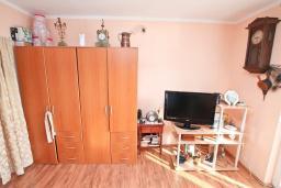 Гостиная. Продается квартира в Игало. 56м, гостиная, 2 спальни, 2 балкона с видом на море, 600 метров до пляжа, цена - 89'600 Евро. в Игало