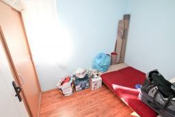 Спальня. Продается квартира в Игало. 56м, гостиная, 2 спальни, 2 балкона с видом на море, 600 метров до пляжа, цена - 89'600 Евро. в Игало