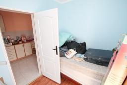Спальня 2. Продается квартира в Игало. 56м, гостиная, 2 спальни, 2 балкона с видом на море, 600 метров до пляжа, цена - 89'600 Евро. в Игало