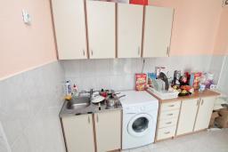 Кухня. Продается квартира в Игало. 56м, гостиная, 2 спальни, 2 балкона с видом на море, 600 метров до пляжа, цена - 89'600 Евро. в Игало