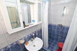 Ванная комната. Продается квартира в Игало. 56м, гостиная, 2 спальни, 2 балкона с видом на море, 600 метров до пляжа, цена - 89'600 Евро. в Игало
