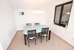 Гостиная. Черногория, Герцег-Нови : Апартамент для 5-7 человек, с большой гостиной, с 3-мя отдельными спальнями, с 2-мя ванными комнатами, с балконом с шикарным видом на море