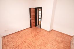 Спальня. Продается квартира в Герцег-Нови, Савина. 66м2, гостиная, 2 спальни, балкон с видом на море, 150 метров до пляжа, цена - 171'600 Евро. в Герцег Нови