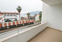 Балкон. Продается квартира в Герцег-Нови, Савина. 65м2, гостиная, 2 спальни, балкон с видом на море, 150 метров до пляжа, цена - 156'000 Евро. в Герцег Нови