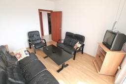 Спальня. Продается квартира в Тивате, Селяново. 122м2, гостиная, 3 спальни, 2 ванные комнаты, большой балкон, 400 метров до моря, цена - 160'000 Евро.  в Селяново