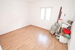 Спальня. Продается большой, 3-х этажный дом в Тивате, Селяново. 366м2, 2 гостиные, 9 спален, 7 ванных комнат, 5 балконов, 400 метров до моря, цена - 450'000 Евро.  в Селяново