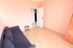 Спальня 2. Продается большой, 3-х этажный дом в Тивате, Селяново. 366м2, 2 гостиные, 9 спален, 7 ванных комнат, 5 балконов, 400 метров до моря, цена - 450'000 Евро.  в Селяново