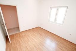 Спальня 3. Продается большой, 3-х этажный дом в Тивате, Селяново. 366м2, 2 гостиные, 9 спален, 7 ванных комнат, 5 балконов, 400 метров до моря, цена - 450'000 Евро.  в Селяново