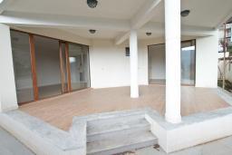 Терраса. Продается квартира в Герцег-Нови, Топла. 132м2, гостиная, 3 спальни, 2 ванные комнаты, терраса с видом на море, 400 метров до моря, цена - 230'000 Евро. в Герцег Нови
