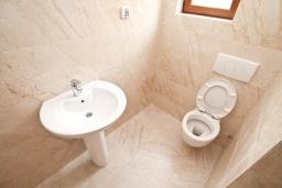 Ванная комната. Продается квартира в Герцег-Нови, Топла. 58м2, гостиная, 2 спальни, балкон с видом на море, 400 метров до моря, цена - 120'000 Евро. в Герцег Нови
