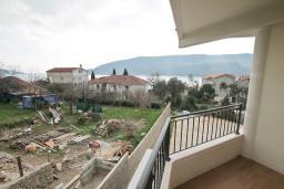 Вид на море. Продается квартира в Герцег-Нови, Топла. 58м2, гостиная, 2 спальни, балкон с видом на море, 400 метров до моря, цена - 120'000 Евро. в Герцег Нови