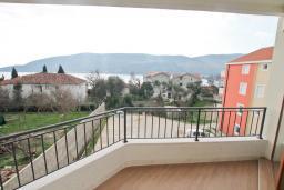 Балкон. Продается квартира в Герцег-Нови, Топла. 54м2, гостиная, 1 спальни, балкон с видом на море, 400 метров до моря, цена - 110'000 Евро. в Герцег Нови