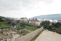 Вид на море. Продается квартира в Герцег-Нови, Топла. 54м2, гостиная, 1 спальни, балкон с видом на море, 400 метров до моря, цена - 110'000 Евро. в Герцег Нови