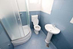 Ванная комната. Продается квартира в Герцег-Нови, Топла. 35м2, гостиная, 1 спальня, 400 метров до моря, цена - 55'000 Евро. в Герцег Нови