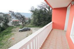 Балкон. Продается квартира в Герцег-Нови, Топла. 43м2, гостиная, 1 спальня, балкон, 400 метров до моря, цена - 65'000 Евро. в Герцег Нови
