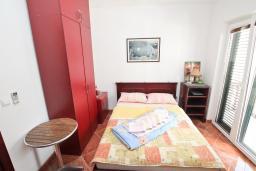 Студия (гостиная+кухня). Черногория, Игало : Двухместная студия с балконом в Игало, с лежаками и зонтиком на частном пляже