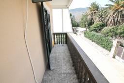 Балкон. Черногория, Игало : Двухместная студия с балконом в Игало, с лежаками и зонтиком на частном пляже