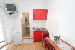 Студия (гостиная+кухня). Черногория, Герцег-Нови : Студия для 3 человек, с балконом с видом на море, 100 метров до пляжа