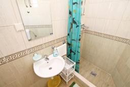Ванная комната. Черногория, Герцег-Нови : Студия для 3 человек, с балконом с видом на море, 100 метров до пляжа