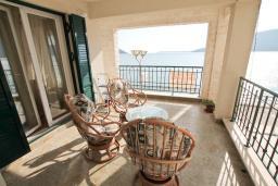 Терраса. Продается квартира в Герцег-Нови, Савина. 139м2, гостиная, 2 спальни, 2 ванные комнаты, терраса с видом на море, возле пляжа, цена - 500'000 Евро. в Герцег Нови