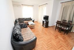 Гостиная. Продается квартира в Герцег-Нови, Савина. 139м2, гостиная, 2 спальни, 2 ванные комнаты, терраса с видом на море, возле пляжа, цена - 500'000 Евро. в Герцег Нови