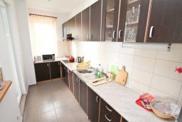 Кухня. Продается квартира в Герцег-Нови, Савина. 139м2, гостиная, 2 спальни, 2 ванные комнаты, терраса с видом на море, возле пляжа, цена - 500'000 Евро. в Герцег Нови