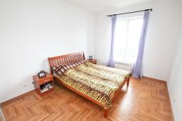 Спальня. Продается квартира в Герцег-Нови, Савина. 139м2, гостиная, 2 спальни, 2 ванные комнаты, терраса с видом на море, возле пляжа, цена - 500'000 Евро. в Герцег Нови