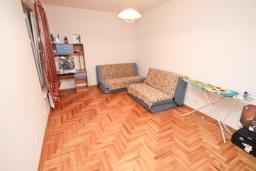 Спальня 2. Продается квартира в Герцег-Нови, Савина. 139м2, гостиная, 2 спальни, 2 ванные комнаты, терраса с видом на море, возле пляжа, цена - 500'000 Евро. в Герцег Нови