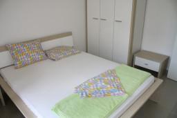 Спальня. Черногория, Игало : Люкс апартамент с отдельной спальней в центре Игало