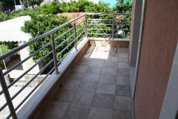 Балкон. Черногория, Игало : Люкс апартамент с отдельной спальней в центре Игало