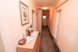 Коридор. Черногория, Зеленика : Апартамент для 4-6 человек, с большой гостиной, с 2-мя отдельными спальнями, с балконом
