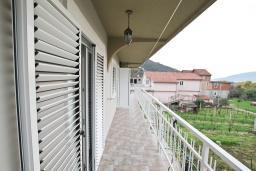 Балкон. Черногория, Зеленика : Апартамент для 4-6 человек, с большой гостиной, с 2-мя отдельными спальнями, с балконом