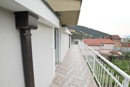 Балкон. Черногория, Зеленика : Апартамент с большой гостиной, с отдельной спальней, с 2-мя балконами