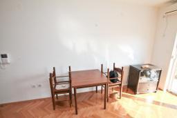 Гостиная. Продается квартира в Игало, Гомила. 36м2, гостиная, 1 спальня, большая терраса, 700 метров до моря, цена - 65'000 Евро. в Игало
