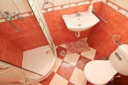 Ванная комната. Продается квартира в Игало, Гомила. 36м2, гостиная, 1 спальня, большая терраса, 700 метров до моря, цена - 65'000 Евро. в Игало