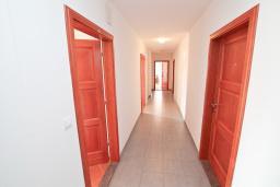 Коридор. Продается квартира в Игало, Гомила. 36м2, гостиная, 1 спальня, большая терраса, 700 метров до моря, цена - 65'000 Евро. в Игало