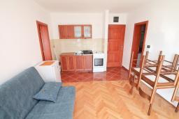 Гостиная. Продается квартира в Игало, Гомила. 33м2, гостиная, 1 спальня, большая терраса, 700 метров до моря, цена - 65'000 Евро. в Игало