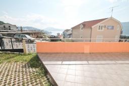 Терраса. Продается квартира в Игало, Гомила. 33м2, гостиная, 1 спальня, большая терраса, 700 метров до моря, цена - 65'000 Евро. в Игало